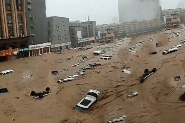 تصاویری وحشتناک از ماشینهای شناور در خیابانهای چین پس از سیل + فیلم