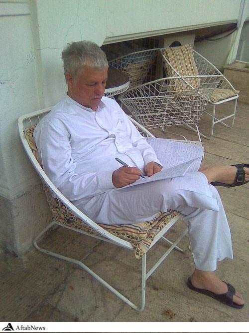 اکبر در حال نگارش نامه به رهبری