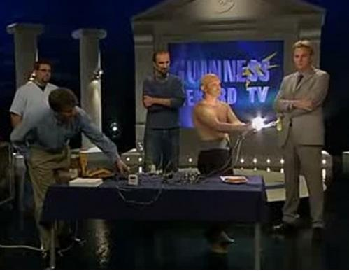 مردی که قادر است الکتریسیته را از بدنش عبور دهد! + عکس