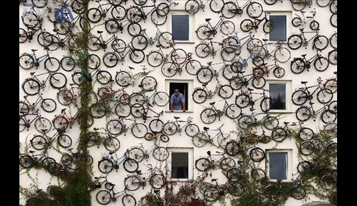 تصاویری از فروشگاهی روی دیوار!!/فروشگاه دوچرخه در برلین آلمان آنهم 120 دوچرخه روی دیوار. فقط کافی است انتخاب کرده و از صاحب مغازه کریستین پتر سون در شمال شرق برلین بخواهید تا آنرا به شما بدهد!