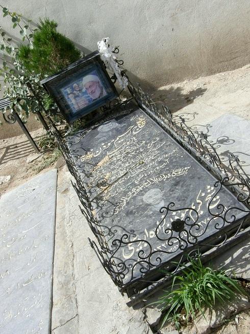 عکس   عکس مزار شیخ رجبعلی خیاط، علی اکبر دهخدا، موذن زاده اردبیلی در ابن بابوبه