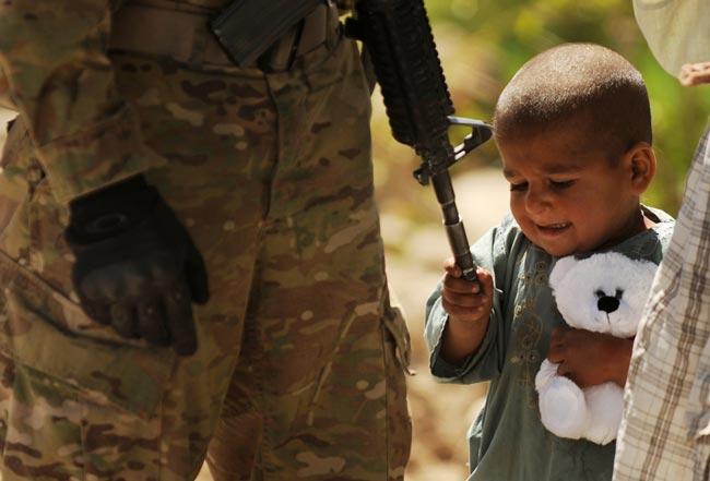 عکس کودک افغان و سرباز آمریکایی