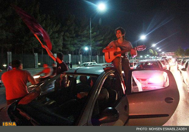 عکس شادی مردم با گیتار برای روحانی