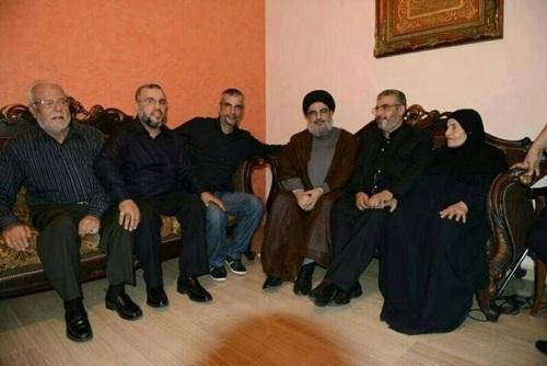(سیدحسن نصرالله بر سر سفره افطار کد خبر: 156501 26 تیر 1392 - 11:23 منابع لبنانی اخیرا تصاویری جدید از دبیرکل حزب الله لبنان بر سر سفره افطار منتشر کرده اند.  به گزارش پایگاه الحدث، شبکه های اجتماعی اخیرا تصاویری جدید از