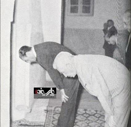 عکس/ نماز جماعت به امامت محمدرضا پهلوی!