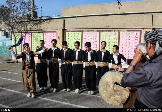تصادف دیروز اصفهان اجرای موسیقی محلی در محل اخذ رای گیری - مطالب خواندنی و ...