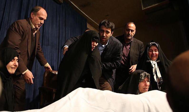وداع مهدی و فاطمه هاشمی با پیکر پدر+عکس