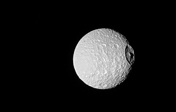 قلهای روی قمر زحل به ارتفاع اورست +عکس ناسا