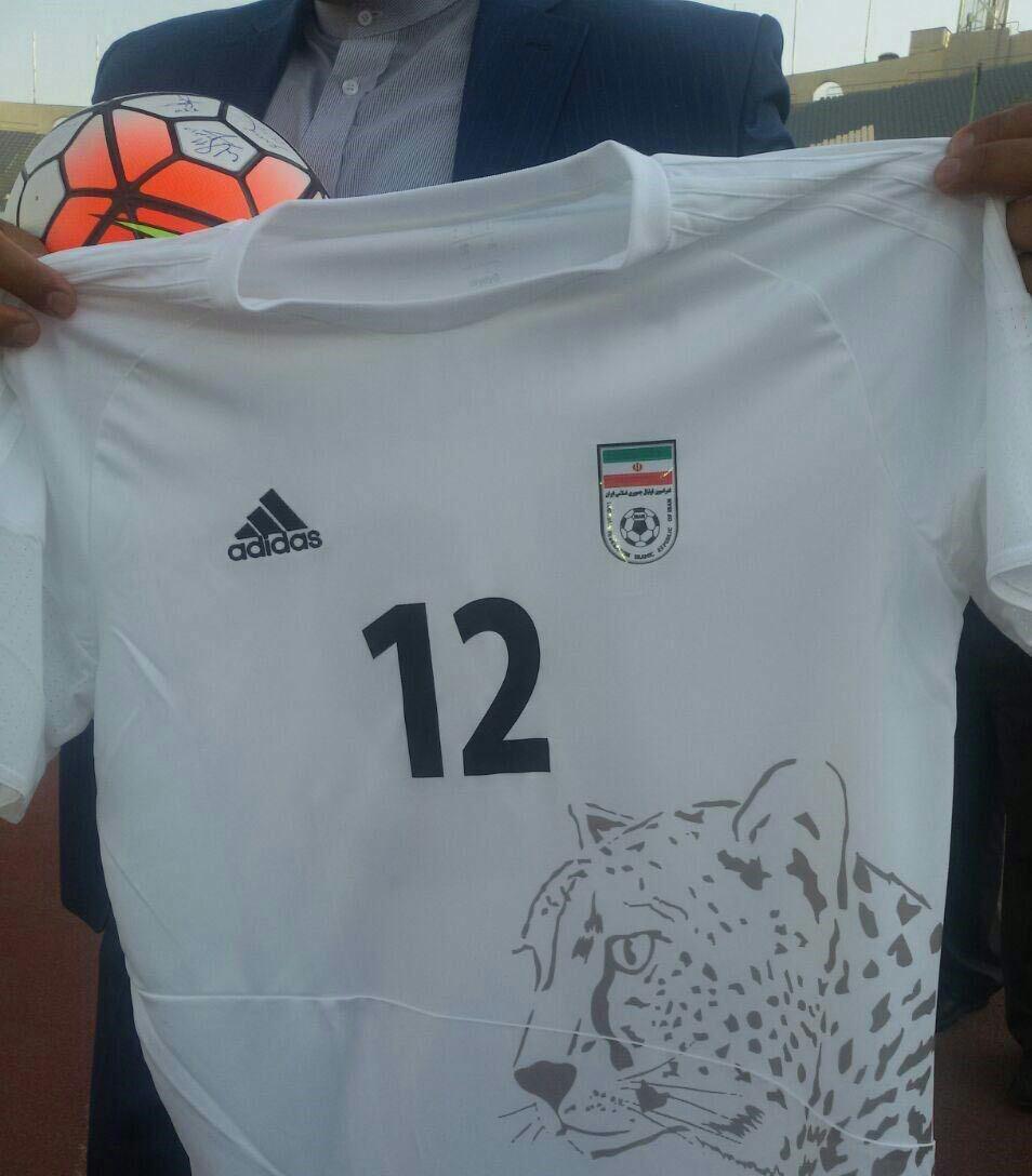 اهدا پیراهن شماره ۱۲ تیم ملی فوتبال به جهانگیری
