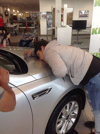 دختر و پسر ۵۰ ساعت یک ماشین را بوسیدند! +تصاویر