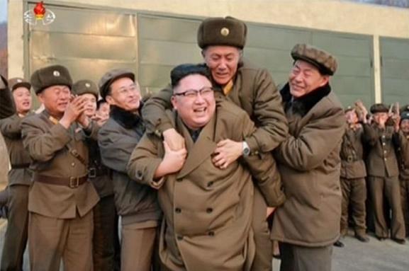 رهبر کره شمالی چه کسی را کول گرفت؟ +عکس