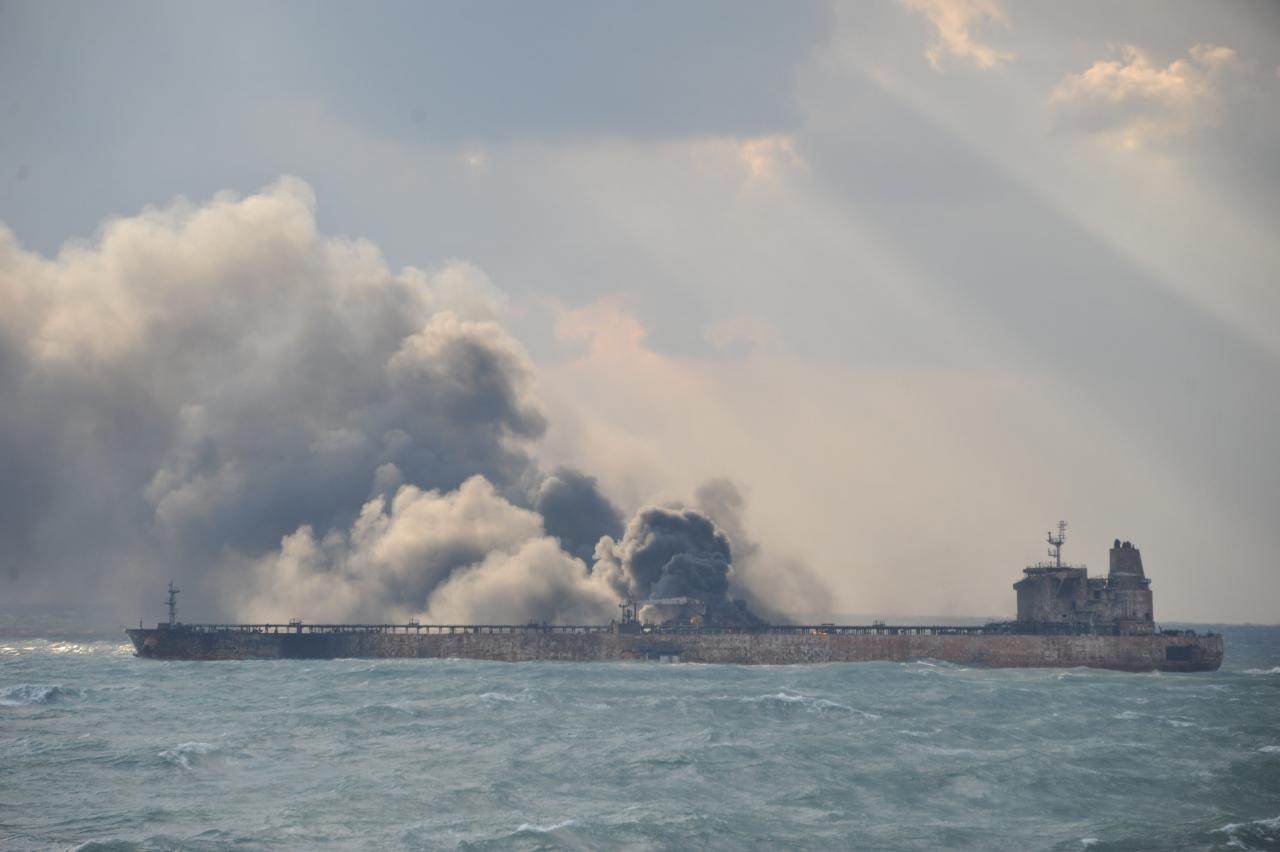 آتشسوزی نفتکش ایرانی تا یک ماه دیگر ادامه خواهد داشت