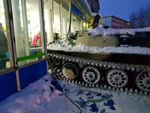 ورود مرد روس مست با تانک به مغازه برای دزدیدن شراب +عکس