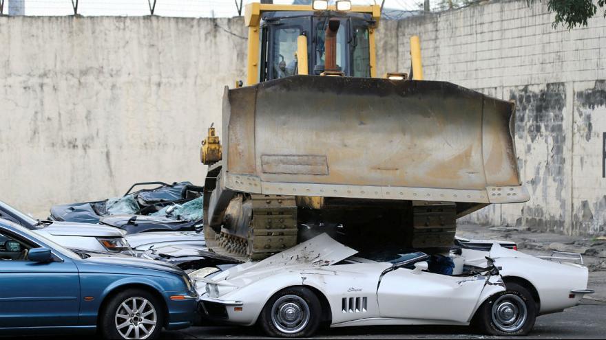نابودی خودروهای لوکس قاچاق در حضور رئیسجمهور فیلیپین