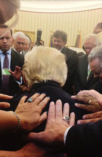 دعا خواندن ترامپ در کاخ سفید
