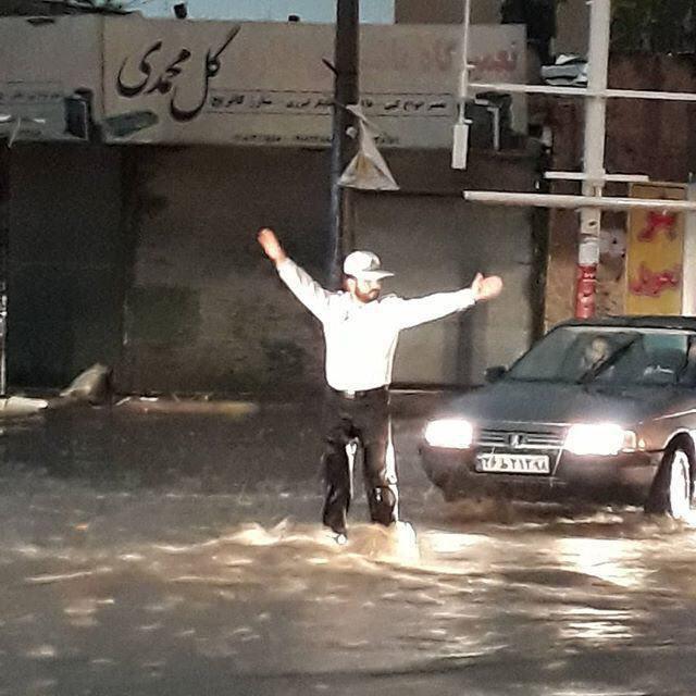 خدمت رسانى پلیس در میان سیلاب +ع