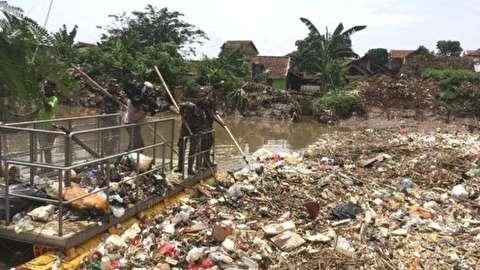 انسداد یک رود با کوه پلاستیکی در اندونزی