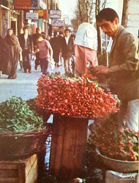 تصویری از یک فروشنده سبزی و تربچه نقلی در خیابان فردوسی