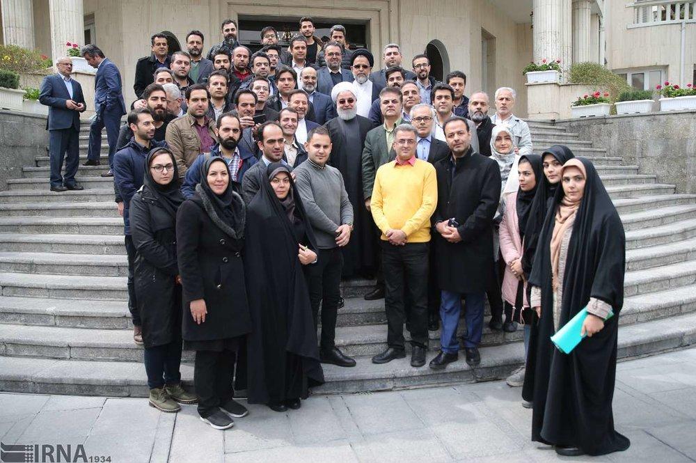 عکس یادگاری با رئیسجمهور در آخرین جلسه دولت در سال ۹۷