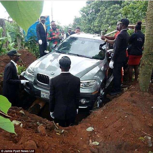 دفن یک مرد با ماشین گرانقیمتش بجای تابوت! +عکس