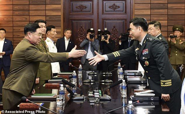 دو کره برای کاهش تنشهای مرزی مذاکره کردند +عکس