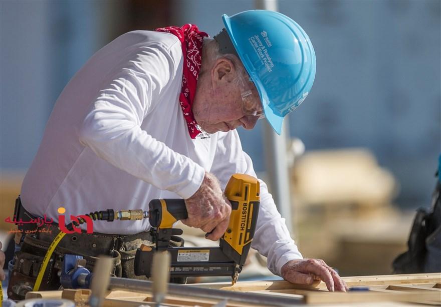 جیمی کارتر 93 ساله در حال نجاری برای مردم بی بضاعت