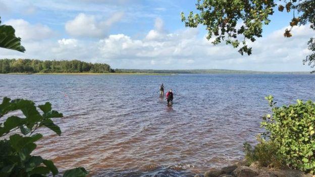 دختر ۸ ساله هنگام شنا یک شمشیر ۱۵۰۰ ساله را پیدا کرد