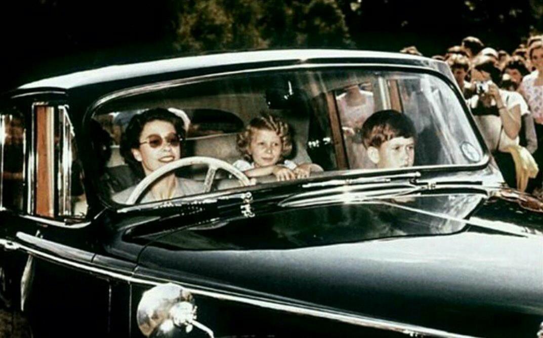 ملکه انگلیس در حال رانندگی +عکس