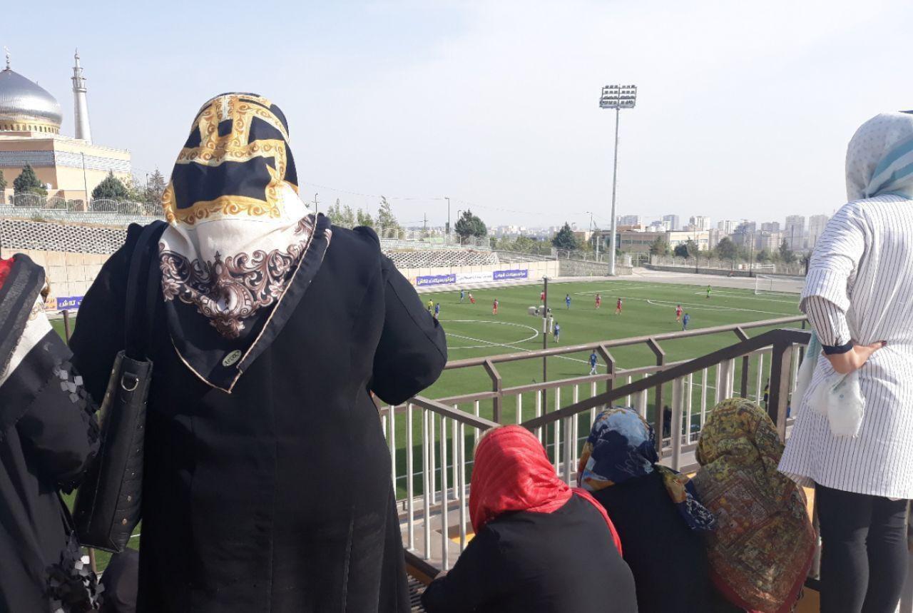 تصویری از حضور زنان در ورزشگاه برای تماشای دربی