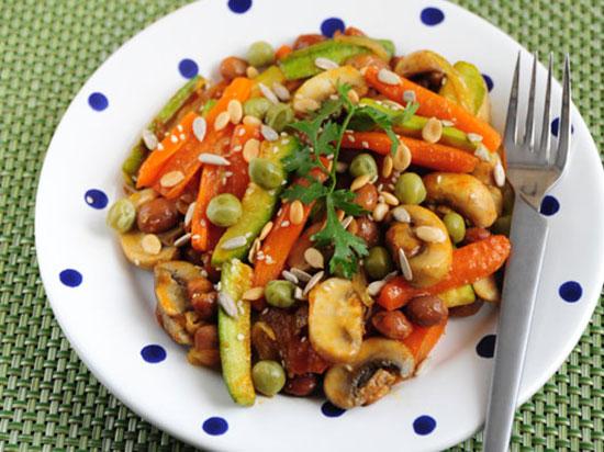 خوراک هویج با مغزِ دانه ها؛ پیش غذای مفید