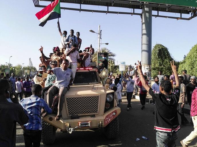 ارتش، عمر البشیر و معاونانش را عزل کرد