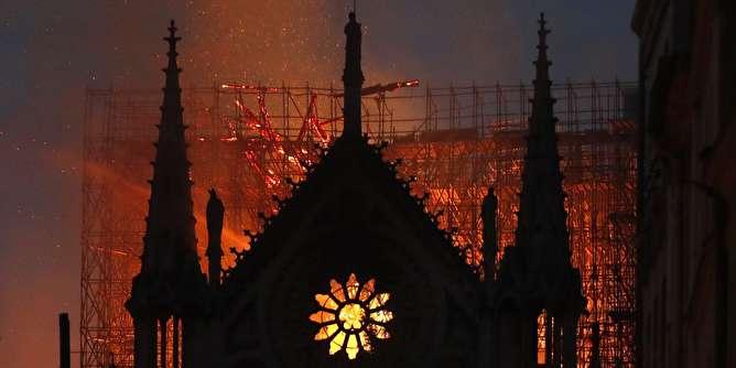 آتشسوزی «کلیسای نوتردام»؛ گنبد فروریخت،ساختمان نجات یافت