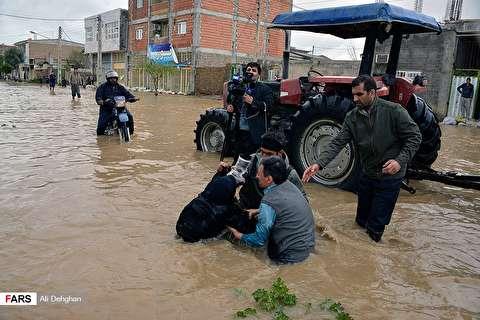 تصویر پر معنا از حضور فتاح در میان مردم سیل زده گلستان