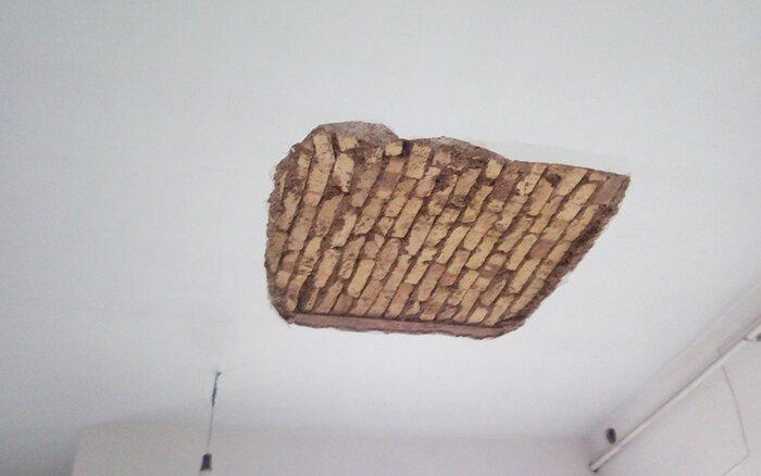 ریزش ناگهانی بخشی از سقف کلاس مدرسهای در یزد+عکس