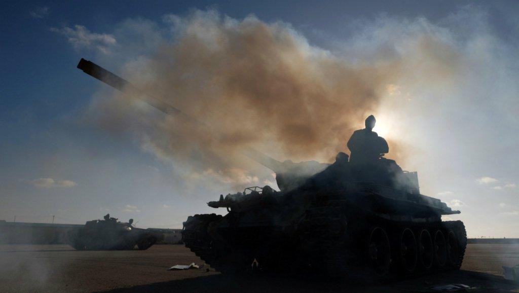 حملات هوایی و زمینی فرودگاه پایتخت لیبی را از کار انداخت