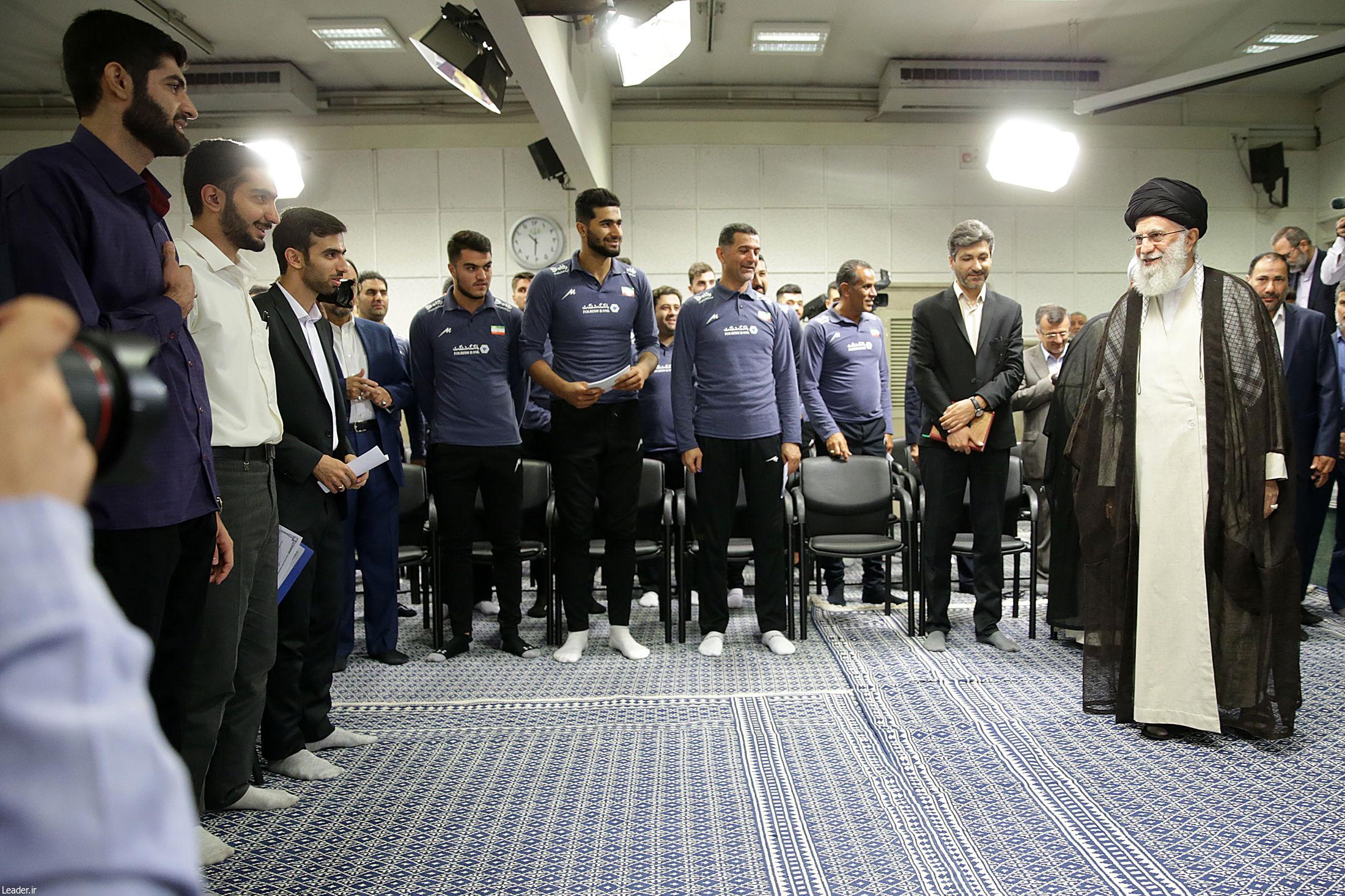 مدالآوران المپیادهای علمی و اعضای تیم ملی والیبال جوانان با رهبر انقلاب دیدار کردند