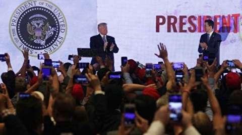 نمایش نشان دستکاری شده ریاست جمهوری حین سخنرانی ترامپ