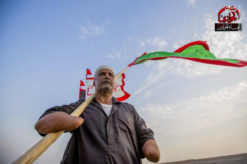 علمدار بی دست در راهپیمایی اربعین/عکس
