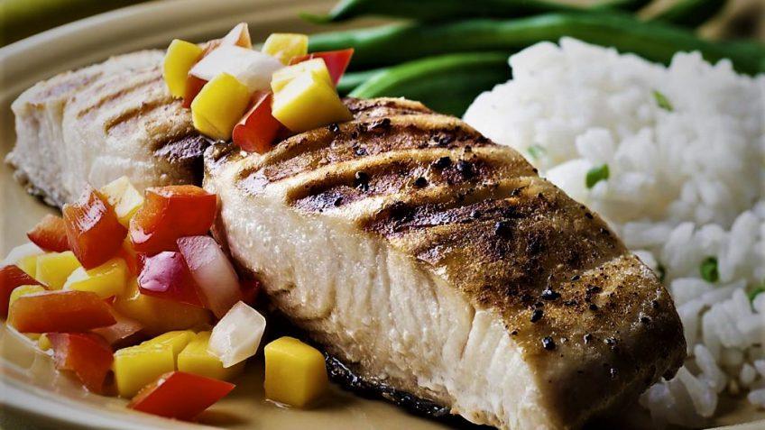 ترکیب سس سالسا و ماهی کاد یک غذای سالم