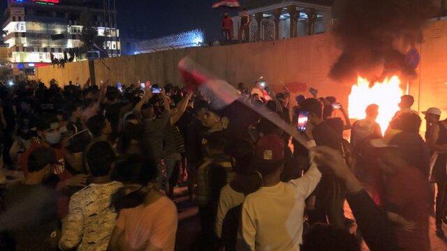 آتش زدن منزل ۳ نماینده پارلمان عراق/ برخورد با یورش معترضان به ساختمان استانداری کربلا و بصره