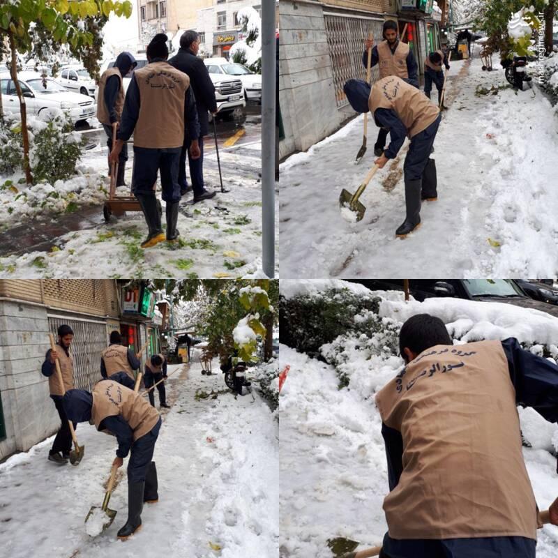 پاکسازی معابر از برف توسط بسیجیان+عکس