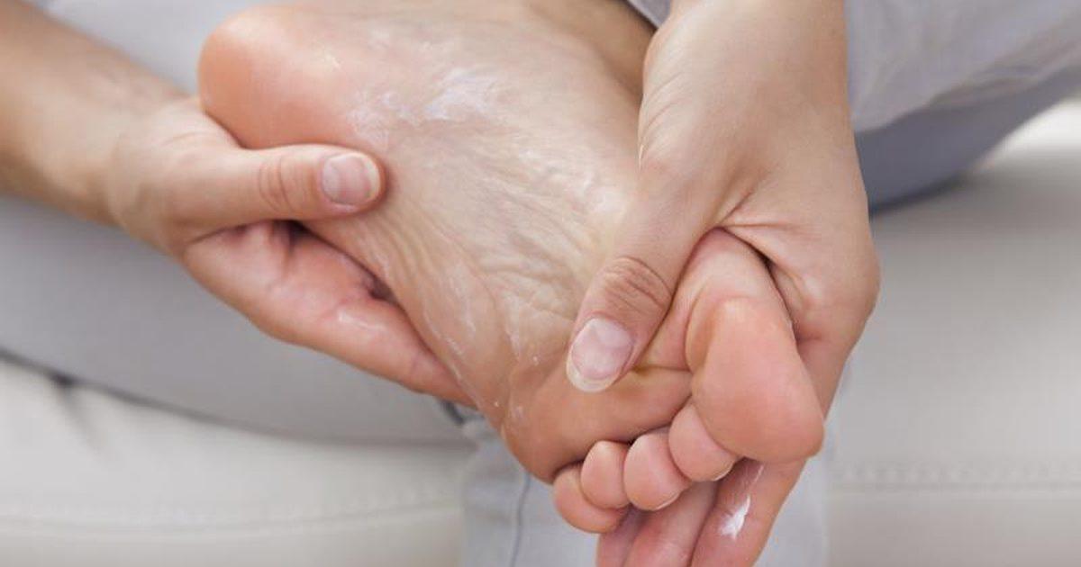 ترک پاشنه پا را با این درمانهای خانگی نابود کنید