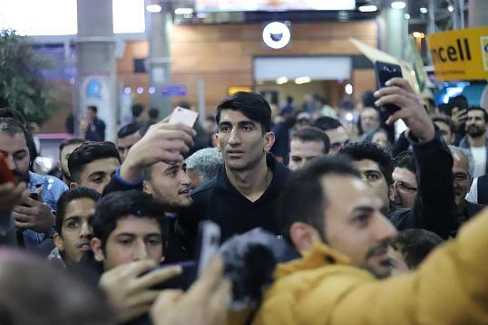 بیرانوند با استقبال هوادارانش به ایران بازگشت +عکس