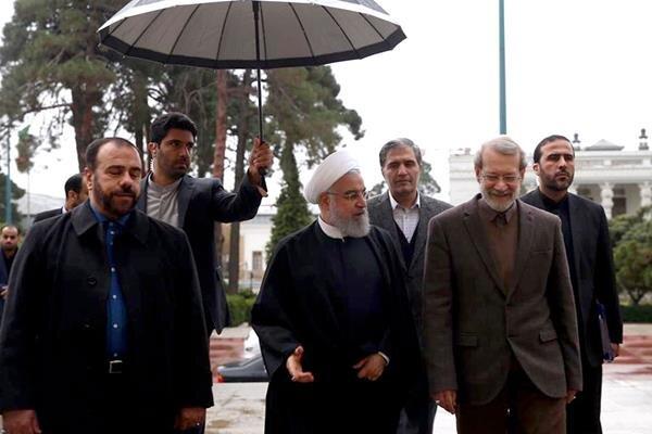 عکس استقبال لاریجانی از روحانی در یک روز بارانی