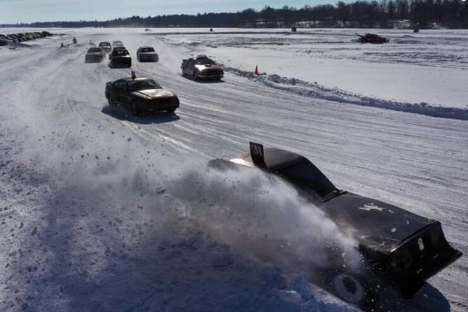 مسابقه اتومبیلرانی روی دریاچه یخزده+عکس