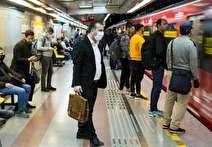 برخی مسافران با عبور از گیت مترو ماسک خود را برمیدارند!