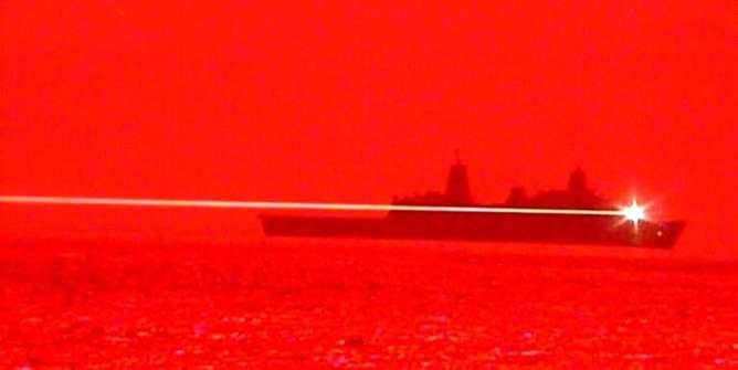 آزمایش سلاح لیزری جدید آمریکا برای مقابله با پهپادها و قایقهای کوچک
