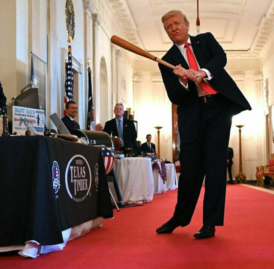 عکس / حرکت نمایشی دونالد ترامپ در کاخ سفید