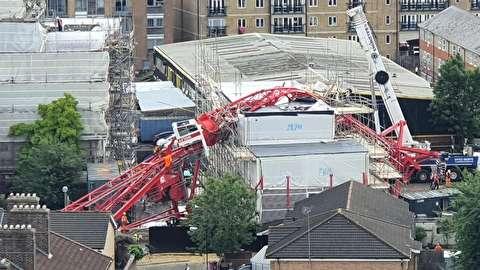 سقوط جرثقیل ساختمانی روی خانهها در لندن