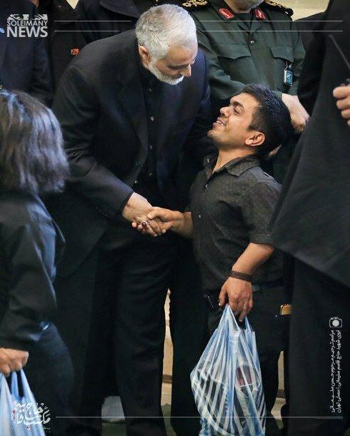 تصویری از احترام ویژه و خاص سردار سلیمانی به میهمانان مراسم ترحیم پدرش